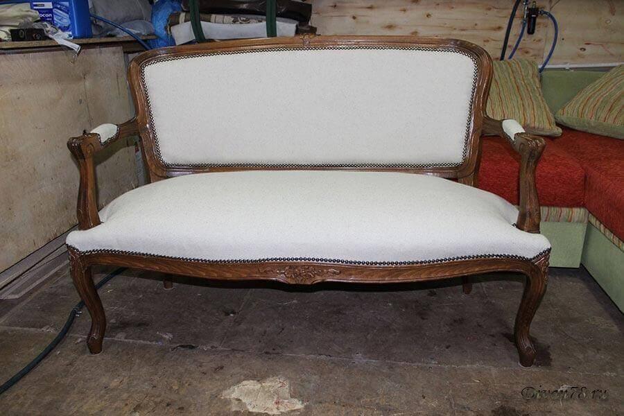 Кресло антикварное с гвоздями бронза