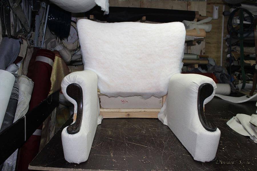 Перетяжка мягкого кресла и обивка гвоздями бронза