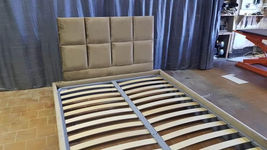 Кровать с панелями