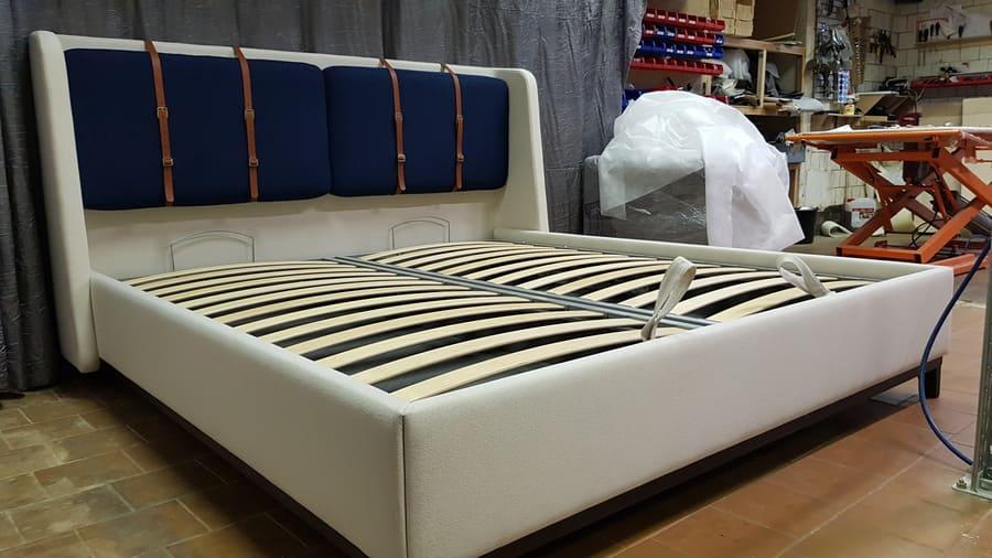 Кровать АДИДЖЕ двухспальная стильная с кожаными ремнями 4